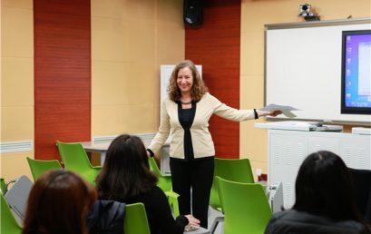 """哈佛教授带来""""诗和远方"""" 与王府教师共话英文教学"""