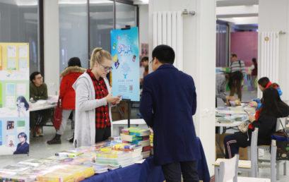 品味经典图书,开启智慧之门 | 北京王府学校成功举办书展活动